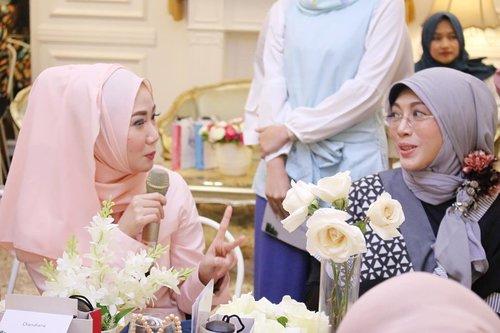 Bukan, ini gue bukan lagi duet maut dengan salah satu dokter @jtclinicsid Hehehe, tapi lagi asik ngobrol seputaran kecantikan wanita dari A-Z diacara #HijabersHangout bareng @suqmaid x @moeslemacom | Thanks dokter @junitjahjati ❤️ . #Clozette #Clozetteid #OOTD #Hijabers #hijabi #StyleHijab #Attire #Simplestyle #Dailystyle #event #eventbeauty #bbloggers #beautybloggerid #lunchon #Suqma #iwearSUQMA #Jeneharanasution #hijabootd #hijabootdindo #Moslemacom #JTclinic #Bloggerreview #dasistersblog #beauty #instabeauty #instadaily
