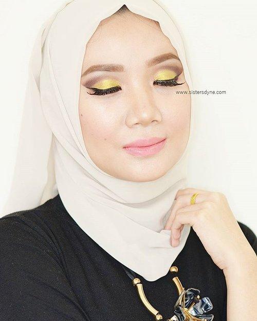 ✨ Detail Makeup Of The Day ❤️Foundation Moisture Veil Creamy Liquid @covermark_id❤Eyebrow Brow Wiz @anastasiabeverlyhills❤Eyeshadow Where The Night Is @colourpopcosmetics❤Eyelahses @deyekoid Hijab❤Countour @sleekmakeup Kit❤Lips @sariayu_mt Duo Lips K-11#clozette #clozetteid #motd #makeup #beauty #covermark #flawless #MVCL #instabeauty #instamakeup #bbloggers #beautybloggerid #dasistersblog #hijabi #hijabstyle #anastasiabeverlyhills #eyemakeup #cutcreasemakeup