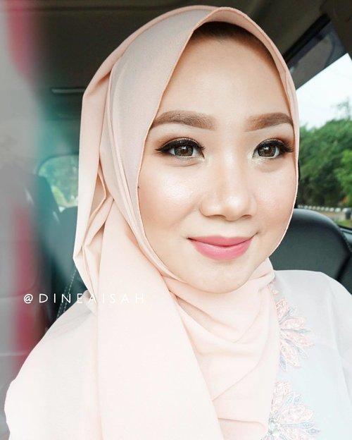 ✨ Makeup Of The Day, #MOTD . . Lama nggak main makeup karena beberapa bulan belakangan ini lagi pada sakit satu rumah. Tangan agak sedikit kaku, tapi not bad laaaah hasilnya 😎 suka karena hasilnya bisa flawless juga . . Pipi akuuuuuh 😭😭😭😭 ya ampun!! Btw, double tap untuk tahu product-product yang aku pakai hari ini . . #Clozette #Clozetteid #Makeup #FOTD #Hijab #Hijabers #eyebrowsonfleek #Flawless #heavymakeup #dollymakeup #Matmiracle #covermark #bourjoisrougevelvet #Instamakeup #instagood #instabeauty #bbloggers #beautybloggerid #ultima #eyebrows #hitd #sotd