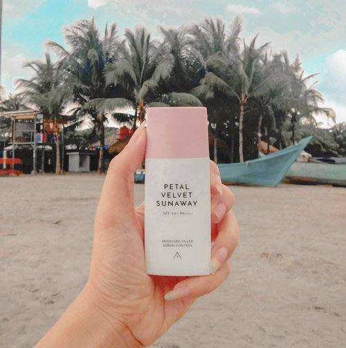Current fav sunscreen ❤💙 , apalagi yang hobby main ke pantai kudu nyobain nih sunscreen @altheakorea Petal Velvet SunwayIts lightweight, non sticky formula with glow natural look 😍💙 Just Glow the way you are gitu gengs, in love❤❤❤ #altheangelsHave you tried it too?Just #swipeup on my #igstory😍😍😍...#beautybloggerindo #jakartabeautyblogger #clozetteid #sociollablogger  #featuredonalthea #beautybloggerindo #makeupcommunity #bloggerlife #bloggingcommunity #tampilcantik #ragamkecantikan#GlowliciousMe_Review