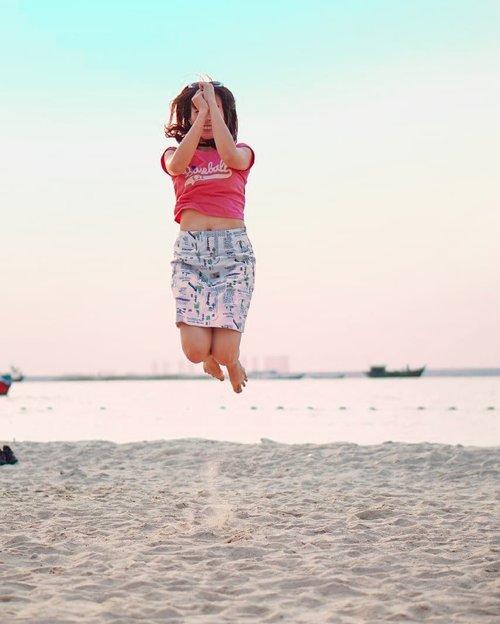 Things that i wanna do after this season : 🌷Main ke pantai 🌷Lompat2 di pasir 🌷Tiduran di pasir sambil ngemil #shihlin dan ngopi #bengawansolo yg di #ancol 🌷🌷🌷Biar tetap enjoy, liat foto2 lama aja dulu lol 💕Kalau temen2, apa nih wishlist kegiatan yg ingin dilakuin setelah season pandemik ini berakhir?..................#ootdindo #jakartabeautyblogger #clozetteid #sociollablogger #altheaangels #yourtravelvoice#keluarbentar#dolansebentar#fdbeauty#beautybloggerindo #bodytransformation #makeupcommunity #bloggerlife #bloggingcommunity #jakarta #visitindonesia #tampilcantik #ragamkecantikan #beautynesiaMember #indonesianbeauty #pantaiancol