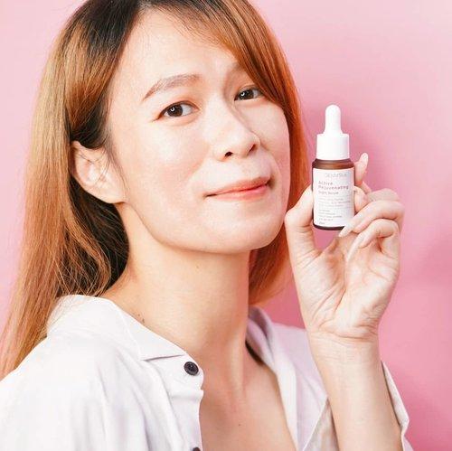 """Tak kenal maka tak sayang ya, ini bener adanya... udah lama pengen nyobain brand elsheskin sampai akhirnya dari minggu lalu bisa nyobain untuk Serum Retinolnya, """" Elsheskin Active Rejuvenating Night Serum"""".  Kandungannya 1% Encapsulated Retinol dan Multi-Peptide Complex membantu meregenerasi kulit dan kandungan aktif Niacinamide, Licorice extract, Hyaluronic acid + Gluconolactone-nya membantu untuk mengembalikan fungsi skin barrier sekaligus menghidrasi kulit juga guys.   Dan aku beneran jatuh cinta sama serum retinol dari elshekin ini, nyaman banget dipakainya karena hampir tidak ada scent yang aneh2 gitu. Mudah menyerap di kulit dan ketika dipakai dimalam hari ada efek dikeesokan harinya itu lembab, kulit plumpy, tekstur kulit juga membaik gitu. Kenapa nggak dari dulu nyobain hihi. Aku baru pake 1 minggu lebih nih guys, so aku bakal update next week ya on my blog www.Glowlicious.Me  More info kalian bisa cek IG @elsheskin #ElsheSkin  #abskincare #abcommunity #rasianbeauty #getthelookid #skincareflatlay #skincareaddict #ivgbeauty #instabeautyblogger #treatyourskin #crueltyfreeskincare #abbeatthealgorithm #beautycommunity #clozetteid#SkincareForBaseMakeUp #jakartabeautyblogger #tampilcantik #ragamkecantikan #altheaangels #sociollablogger #startwithsbn #365inskincare  #indonesianbeautyblogger #retinol"""
