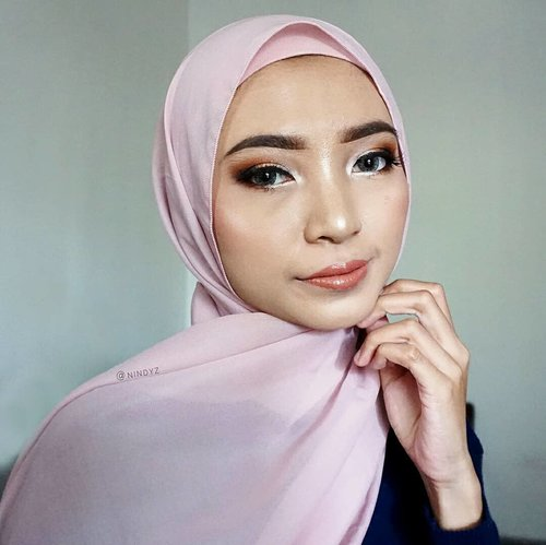 ⁣💄 SOFT VS BOLD 💋⁣⁣Mata udh heavy makeup gini, kalo dulu sih demen pake yg bold jg bibirnya 👄⁣Skrg entah knp prefer yg soft, cm kudu ditambahin lip gloss biar mevvah ✨⁣⁣Btw, udh lama nih ga pake #eyemakeup yg bold gini 🙃 Belakangan lg suka trial makeup minimalis ala Thailand ☺⁣I miss my dark shades 🌚⁣⁣Kalo kalian, lagi suka cobain style makeup apa nih baru2 ini? Share dong, kali aja aku bs ikut cobain juga tehehe⁣⁣Beklah, seperti biasa, adonannya bs dikepoin di bawah ini yaa 👇⁣⁣@deciem The Ordinary Coverage Foundation⁣@thesaemid Concealer⁣@pixycosmetics Two Way Cake⁣@f2f.cosmetics Perfect Creamy Brow - Dark Brown⁣@purbasarimakeupid Daily Series Mascara@instaperfectbywardah Eyeliner - Black@maccosmeticsid Paint Pot - Soft Ochre⁣@juviasplace Mini Masquerade Palette⁣@missha.id Cotton Blush⁣⁣LIP PRODUCTS:⁣1⃣ @tartecosmetics Tarteist Matte Lip Paint & @lookecosmetics Lip Polish - Luna⁣2⃣ @venuscosmeticind Soft Matte Lip Cream - 01 & 05⁣⁣⁣⁣⁣⁣⁣#makeuphijabs #makeupindo #undiscovered_muas #makeupinspo