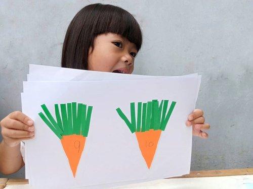 "[MATH].Permainan yang banyak istirahatnya.. Jadi maklum yaa fotonya belang2. Beda jam.. wkwkw...Jadi, kakak Kifta minta main ini karena lihat cover salah satu buku BBW kemarin (bisa cek postingan sebelum ini)...👧 : ""Mau bikin wortell iniii, mau main wortelll""🧕 : ""Let's playyy""..Cara Mainnya :1. Sediakan origami jingga & hijau2. Gambarkan pattern wortel & daunnya3. Minta anak yang menggunting4. Minta anak menulis angka 1-10 di badan Wortel5. Minta anak menempelkan wortel secara berurutan ke kertas HVS6. Setelah Wortel ditempel semua, minta anak menempelkan daun Wortel sesuai dengan no yang tertera di badan Wortel.7. Tadaaaaa... Semakin besar angkanya, semakin banyak daunnya 😍. Disini anak belajar kuantitas....#LearningTroughPlay  #LearnwithKifta #MontessoriMethod #playideas #diy #finemotor #messyplay #simpleplay #handsonlearning  #babyplayideas #babyplay #playbasedlearning #littlelearners #playtolearn #playathome #playislearning  #mumlife #invitationtoplay #earlylearning #earlyyears #igbabies #igbaby #momlife #instamum #shareyourplaywithme #everydayplay #everydayplayhacks  #sensoryplay  #ClozetteID"