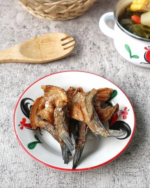 Menu Andalan selama PSBB.. Sepiring Ikan Asin dan kawan - kawannya.. 😍 . - Ikan Asin - Sambel Belacan (Terasi) - Sayur Asem - Nasi Putih Hangat - Kerupuk . . Ahhhhhh, kalau mereka dikumpulin dalam satu piring, rasanya jadi sempurna 💕 Entah berapa kali masak menu ini selama #DiRumahAja .. Hemat bin Nikmat 🤪 . . #foodphotography #foodstyle #foodoftheday #foodshare #foodstyling #foodgram #foodphotographyandstyling #foodphotographyprops #foodphotographyjakarta #foodshot #foodstagram #instafood  #foodpic #yummy #FoodBlogger #ClozetteID #HomemadeFood #SemuaBisaMasak #HealthyFood