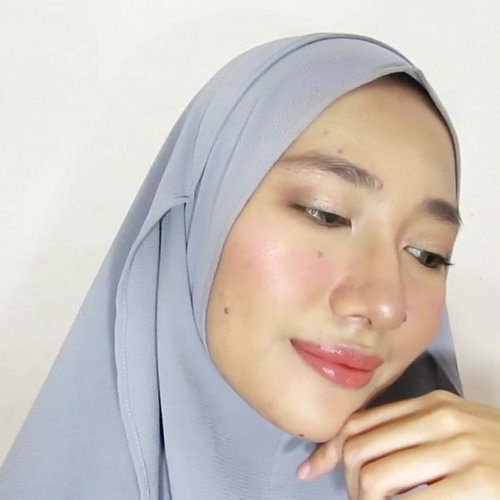 I got many compliments when I did this makeup ❤️.Temen-temenku udah banyak yang wisuda dan makeup ini aku pakai pas ke wisuda salah satu temenku. Tetep photo ready tapi ngga akan ngalahin makeup yang lagi wisuda 😛 Full versionnya udah ada di channel aku, jangan lupa cek link di bio ya!.PRODUCTS I USED: - @eminacosmetics top secret eyebrow- Emina sun protection- @utamaspice peppermint lip balm- @purbasarimakeupid flawless bb cream honey beige- Emina cheeklit cream blush pink- Purbasari oil control matte powder- @maybelline color show blush peachy sweety- @pixycosmetics highlight and shading- @damior_official bamboo face mist- @gobancosmetics stardust highlighter bronze nebula- @lacolorscosmetics matte eyeshadow brown tweed- @wardahbeauty perfect curl mascara- @peripera_official airy ink velvet 08 glimpse brick brown#aidacht #clozetteid #beautiesquad #aidachtutorial #makeup #makeuptutorial #bvlogger #beautychannelid #bunnyneedsmakeup #wakeupandmakup #indobeautygram #ivgbeauty #tampilcantik @beautiesquad @bvlogger.id @beautychannel.id @bunnyneedsmakeup @wakeupandmakeup @indobeautygram @tampilcantik