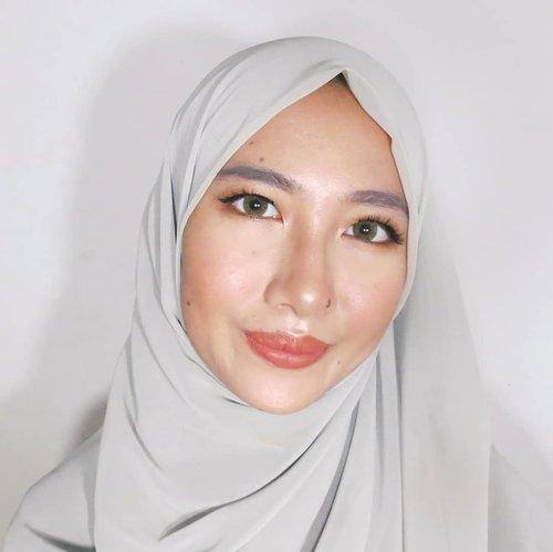"Soft glam makeup for ied, why not? ✨.Makeup look buat kamu yang mau menghindari pertanyaan ""kapan lulus?"" ""kapan nikah?"" ""kapan menguasai dunia?"" di hari lebaran nanti. Biar yang lain pada fokus ke makeup kamu aja, terus lupa deh mau nanya apa 😆 tutorial buat makeup ini udah ada di channelku, tinggal klik link di bio ya 🙋🏻.Btw, cek juga yuk #lebaranbarengbeautisquad buat dapetin inspirasi makeup lebaran dari anak-anak @beautiesquad 💖...#aidacht#clozetteid#BeautiesquadXFanbo #Beautiesquad#FanboCosmetics#fanbobbcream #1menitflawless#fanbobeautyblender #fanboperfectbounce#l4l#f4f#1minutemakeup #makeup#makeuptutorial#makeuponfleek #makeuplife#makeuponpoint#makeupideas #ramadhan#iedmubarak"