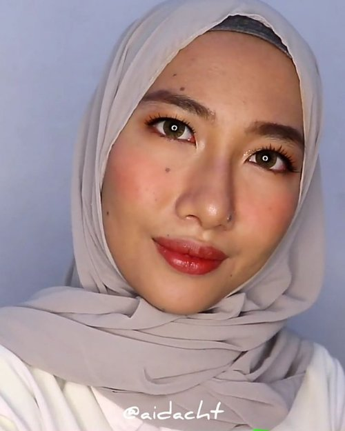 LEBARAN SEBENTAAAR LAGI 💃🏻✨.Ini dia #aidachtutorial untuk makeup lebaran! Makeupnya agak ribet tapi dijamin tahan lama ✨ jadi mekapannya abis shalat ied ya, biar ngga buru-buru juga 😚 di sini aku pakai false lashes tapi kalau kalian lebih nyaman pakai maskara aja ya gapapa banget..Produk yang aku pakai!✅ @eminacosmetics top secret eye brow.✅ @damior_official bamboo face mist.✅ @Maybelline baby skin pore eraser.✅ #maybelline fit me foundation 128.✅ maybelline fit me concealer 20.✅ #etudehouse play 101 contour.✅ @altheakorea petal velvet powder translucent.✅ @etudehouseofficial peach farm palette.✅ @withme_official liquid eyeshadow.✅ @purbasarimakeupid eyeliner.✅ @missha.official 4D mascara.✅ @thehartzid false lashes.✅ @nyxcosmetics_indonesia ombre blush.✅ @gobancosmetics highlighter.✅ @fanbocosmetics satin lipstick 05....#makeupvideos #makeuptutorialindonesia#beautyinfluencer #beautyvideos #beautyvlogger#beautyvloggerindonesia @indobeautygram#indobeautygram #indobeautysquad#indobeautyvlogger #makeupwisuda@beautyvlogger.id @zonamakeup.id @tampilcantik#tampilcantik #zonamakeupid @ragam_kecantikan@inspirasi_cantikmu @wakeupandmakeup@ragam_cantik #ragamcantik @tutorialmakeupkece @tutorialmakeup_id #asiabeautymkup @bunnyneedsmakeup #bunnyneedsmakeup#makeupkondangan #makeuptutorial#tipskecantikan #aidacht #beautiesquad #clozetteid