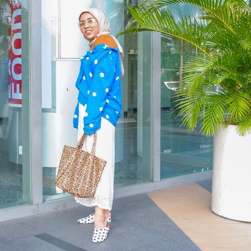 Hello! Long time no ootd-ing. Now pairing dots with leopards because why not? 😏 #whatzunawears  #printsonprints #ootdhijab #aboutalook #acolorstory #flashesofdelight #peopleinsquare #postportraits #createmoments #clashingpatterns #clozetteid