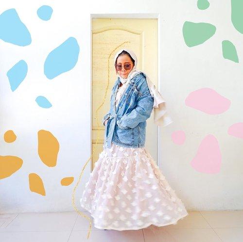 #ootddirumahaja featuring jaket yang aku beli tanpa babibu begitu liat ada selebgram pake jaket jeans ada talinya model begini 🤣 lemah akutuh sama jaket jeans. Pokoknya ada model baru pengen punyaaaa aja #whatzunawears... #ootdhijab #adesignkit #fashionhijab #hijabstyle #mystylingideas #fashionblogger #lookoftheday #aboutalook #pursuepretty #clozetteid #jeanjacket