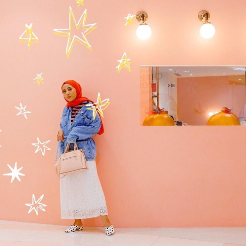 I just realize that most of the time, I can't go out without wearing outerwear. No outerwear means less self-defense 😅 #whatzunawears #clozetteid . . . #ootdhijab #hijabfashion #fashionhijabkekinian #fashionhijab #denimjacket #hijabstyle