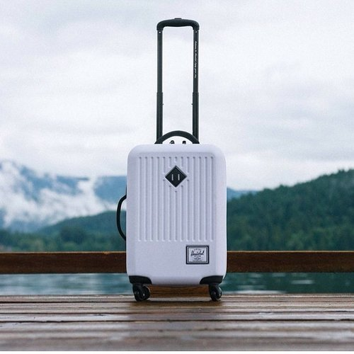 craving for something that worth to spend... ? this @herschelsupply white luggage is awesome!! raya gift for me anyone? 😛😝😇🙏😍😻 #clozette #clozetteid #clozettegirl #herschelsupply #travelminded #sofiadewitraveldiary #aofiadewifashiondiary  pic by @herschelsupply