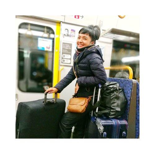 #mondayjoke Aku Ada ide biar sukses #socialdistancing di kereta .. . . . . Bawa 2 koper gede kayak gini .. pasti gak akan Ada orang lain yang nempel deh 😄😃 . . . Have a good day, teman2!  #clozetteid #lifestyle #justtravel #sofiadewitraveldiary #ilovemonday #justforfun