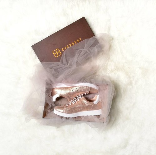 I have a deep .. deep .. deep love with sneakers .. .....Ashlay - Champagne by @everbestid ❤️#clozetteid #shoesfreak #lifestyle #fashionid #30daysflatlaychallenge #flaylayphotography #everbestshoes #everbestid #sneakersfreak #fashion #fashionporn #bucketlist
