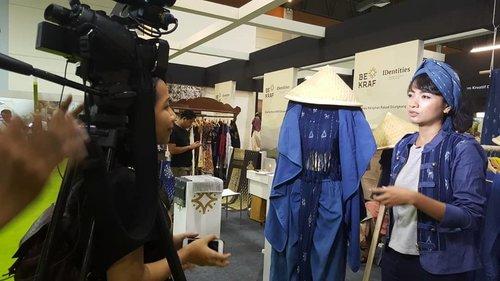 Thank You, Jawa Pos TV .. apresiasi untuk female fashion designer khususnya di bulan april ini sangat besar 💙🙏 bahkan sejak IFW 2018 . . . @liveinmanumanu X Indigo Ikat Ngada Flores ... Kolaborasi yang dimulai pasca IKKON 2016 untuk tenun ikat pewarna alam indigo deep blue sea .. sebiru laut dalam .. . . . Urban TransforMANU X @kopikkon dan @bekrafd4 Dalam Negeri @bekraf.go.id untuk IDentities - Adiwastra Nusantara 2018 .. . . . My beloved forever PR team @endahdwi.ekowati 🙏🙏 matur nuwun. May the force be with us! 💪 . . . Ayo.. teman2 semua.. mampir2 ke booth IDentities - Bekraf di @adiwastra_nusantara JCC Hall B .. DITUNGGU!! 😍 #clozetteid #fashion #lifestyle #sofiadewifashiondiary #LiveInManuManu #urbantransforMANU #kopikkon #bekrafd4 #bekrafgoid #fashionid #kaintenunikat #indigodeepblueseabysofia #tenunikatlanga #indigo #indigomanu #liveindesigner 📸 By Jawa Pos TV & @yoga.prabowo