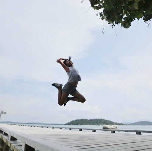 A mandatory pose for 2017 #sofiasaritraveldiary ♥️ . . . Dermaga cantik di Cempedak Island disambut oleh gate beberapa pohon besar dan batuan besar khas pantai-pantai di kepulauan sekitar Bintan.. Adem banget! . . . Dari sini terlihat beberapa pulau tetangga.. berasa bisa berenang ke sana 😁 padahal enggak bisa 😋 📸 By Casio Exilim TR15 wireless.. . . . #clozetteid #lifestyle #cempedakisland #mandatorypose #exploreBintan #exploreIndonesia #onitsuka #wanderlust #traveller #travelling #workliday