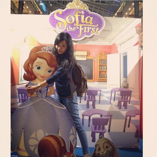 Sofia The first... ternyata kamu tinggi juga ya, dik.... #princess #sofiathefirst #nimoninabyswanstwenty #funyourself #friendship #fashionstreetstyle #fashionstreet #streetstyle #clozetteid @clozetteid #selfie #clothing #fashiondesigner #myfashion #ootd #ootdcampaign @ootdcampaign #clozetteidgirl #clozettegirl #clozetteco