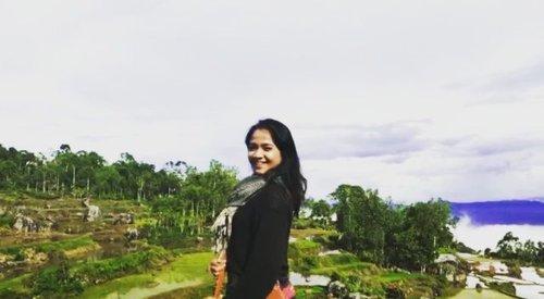 "#HelloWeekend . . . Kalo udah kelar project .. musti ke sini, berharap elang lewat, tapi gak lewat 🤣🤣 terus teriak ""we did it!!"" Udah gitu aja 🤦 . . . Pemandangan langka kudapat di Jakarta .. kudu dinikmati 💓 . . . #clozetteid #Lifestyle #SofiaDewiTravelDiary #ExploreBatutumonga #exploreSulawesi #Batutumonga #SoulfulTravel #TorajaMeloTravel  #OPPODiscoveryTrip 📸 @alfiansmn shot on @oppoindonesia R17 Pro"