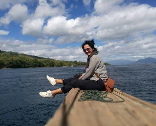 #RamadanDay16Tanah Merah port - 8am .. Sayonara Adonara 🤗...Meninggalkan Pulau Adonara, dan meluncur ke Larantuka .. langit dan lautannya cantik banget! ...Trip kali ini, 70% baju yang dibawa adalah dari @uniqloindonesia.. sisanya, baju buatan sendiri pastinya 🤣🤣...Kenapa suka sama Uniqlo ? Karena ringan, nyaman, mudah dicuci, cepat kering, tidak mudah kusut dan tidak panas ... Atasan yang Sopiah pakai ini termasuk the best seller dan udah punya semua warna 🤣🤣 ada 6 .. begitu pula celana ini, udah punya 5 baik polos maupun motif 🤦 maafkan ... Abis gajian kemarin langsung belanja di Uniqlo mumpung diskon (definetly bulam sponsored post😉), ditemenin sama @anastaeast 💙 miss you already, sissy! ...Oh,Pordon my childish video di slide terakhir gaes.. 🤣 I'm just too excited! 😁#clozetteid #lifestyle #fashion #StyleBlogger #Travelgram #traveler #traveling #wanderlust #UniqloSisterhood #UniqloIndonesia #IslandLife #SeaLover #latepost to