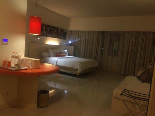 Mau pergi ke Bandung dan masih bingung milih hotel yang nyaman ditinggali di kawasan Ciumbuleuit? semoga nlog postf ini bisa membantu meringankan kegalauan... . . Up on blog.. Sedikit cerita tentang pengalaman menginap di Hotel Harris Ciumbuleuit Bandung minggu lalu... . . Simply click : www.bit.ly/SofiaXHarrisCiumbuleuit .. enjoy! . . . Good Night, Everyone! . . . #sofiadewitraveldiary #hotelreview #bandung #visitbandung #ciumbuleuit #harrishotel #hotelharrisciumbuleuit #clozetteid #travel #lifestyle #travelling