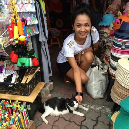 #throwback my 4th melaka trip.. If you remember my last trip, you will notice this cat.. Now she have 4kitties and live upside the red square museum.. Well.. So glad to see u again pusss 😊😊 #sofiasaritraveldiary #redsquaremelaka #visitmelaka #visitmalaysia #kitty #cat #catlover #clozette #clozetteid #clozettegirl #clozettestory  Pic by mega
