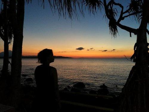 #ramadanday10 Sunset di Lembata sangat indah .. . . . Yang kurindukan di Pekka Center @yayasanpekka Lembata ini adalah spot sunsetnya .. Kali ini.. SEMPURNA! . . . Kami bisa menikmati matahari meluncur turun dengan full tanpa ada awan yang merintangi .. Terpesona sampai lupa merekam 😅 forgive me, guys! . . . Kami insyaAllah kembali lagi akhir tahun nanti .. Apa kalian mau ikut? Buruan colek @torajamelo_travel ya di info@torajamelo.com 🎬📸 #clozetteid #lifestyle #traveler #traveling #borntotravel #livetotravel #exploreLembata #amakaka #ileape #wonderfulIndonesia #sunsetHunter #horizon 📸 @alfiansmn  #leicashot #leicalense #huaweileica  @torajamelo  #designerLife #lifestyleblogger #travelblogger