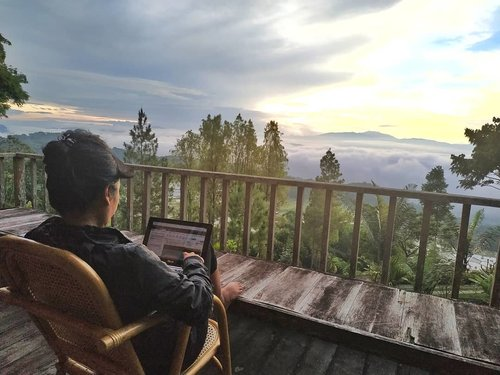 So little time so much to do ☕ . . . . 5.15 am .. My first sunrise at Batutumonga.. Laptop-ing .. 27 emails in my inbox 🐱 huaahhhhh  #clozetteid #lifestyle #travel  #CommunityBasedTravel #BanuaSarira #latepost
