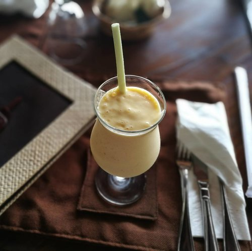 Good Morning #IGers !! . . . Waktuny sarapan .. Ada mango smoothies dari Stupa Plataran 💗 . . . Campuran dari buah mangga, yogurt dan madu ini mild banget rasanya 😋 yummm.. . . . #sofiadewiculinarydiary #plataranheritage #plataranborobudur #stuparestaurant #magelang #kulinermagelang #smoothies #weekend #sundaymorning #clozetteid #lifestyle #leica #leicalenses #huaweip9 #huaweip9leica