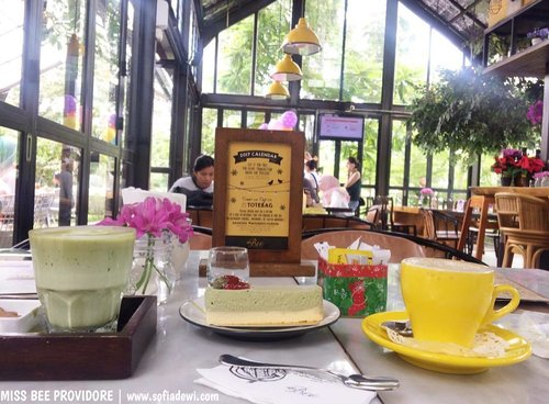 Happy Long weekend, guys... A short escape to Bandung could be a choice.. Up on blog already.. how we spent a weekend date at @missbee_providore last week.. enjoy! . . . http://bit.ly/SofiaXMissBee . . . #sofiadewiculinarydiary #kulinersofia #bitly #missbeeprovidore #kulinerbandung #ciumbuleuit #coffebreak #weekenddate #weekend #longweekend #lifestyle #clozetteid #lifestyleblogger #foodporn #foodism #foodgasm