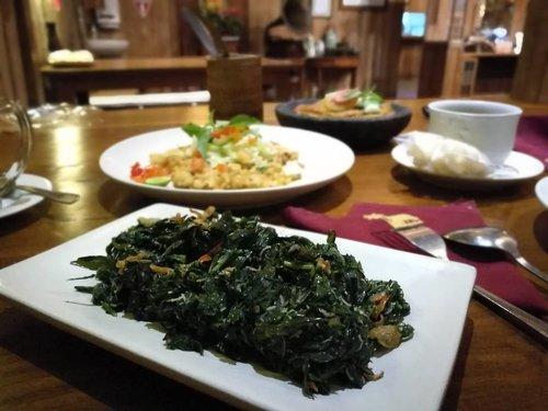 Urap daun kopi.. wow! Pertama kali menyantapnya di  Warung Pulau Kelapa - Ubud .. . . . enak banget!  Pertama kali ke sini dan suka banget sama konsepnya.. dekorasi nusantara dan makanan tanpa MSG 😋 . . . Akan direview segera di blog www.sofoadewi.com . . . #sofiadewitraveldiary #kulinerbali #kulinerubud #daunkopi #urapdaunkopi #warungpulaukelapa #ubud #exploreubud #clozetteid #lifestyle #sofiadewicom