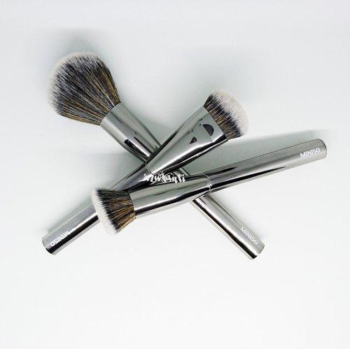 Review soal brush makeup dari miniso udah up yaaaa link in bio 👆👆👆 . . #review #makeup #brush #miniso #clozetteid #blogger #bloggerindo #bloggerindonesia #beautyblog #beautyblogs #indonesiabeautyblogger #indonesiabeautybloggers #beautyreview #beautyreviews #indobeautygram #beautybloggerid #wakeupandmakeup #bbloggers #atomcarbonblogger #beautiesid #beautiesquad #plgbeautyblogger #palembangbeautyblogger #bvloggerid #setterspace
