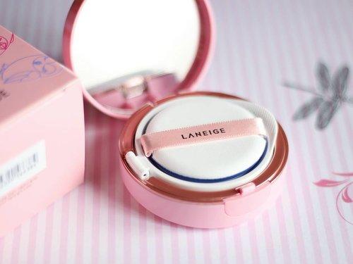 An english review on my blog, link: bit.ly/laneige_bbcushion_eng ❤ . . . . . #makeup #clozetteid #laneige #laneigebbcushion #beautyaddict #beautyjunkie #luckychouette #beauty #laneigexluckychouette #whiteningbbcushion #laneigeid