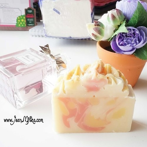 """I am a sucker for """"good"""" scents product.... I should admit that the soap corner from @moporie  is not my favorite scent... But actually,  it's my favourite soap right now.... I using rosewood & musk soap bar for entire month.  It is big thing for me.. I usually use different soap every day.. 1 sop for 1 month?  Not common. Check out my review on my blog. And don't forget to join my #giveaway girls... there is 4 beauty #hampers for you... #moporie #handmade #soap #soapbar #handmadesoapbar #thesoapcorner #clozetteid #clozettedaily #femaledaily #missdior #dior #beautyblogger #beautyaddict #beautyhaul"""