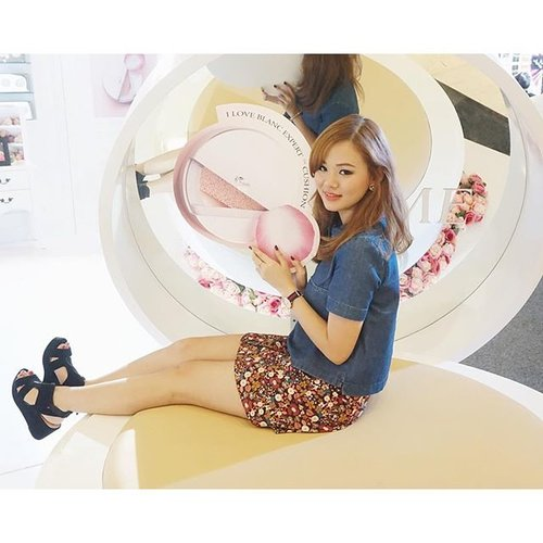 Yesterday at @lancomeid launch event, I had the wonderful opportunity to sit on top of, mess around with Lancome's gigantic and endearing cushion replica! Been waiting for forever for them to release this particular cushion and now it's here, #FeelingExcited.#LancomeCushionista #LancomeOnTheGo #LancomeId #todaystyle #JeanMilkaOOTD #JeanMilkaNews #makeupjunkie #indonesianblogger #clozetteid