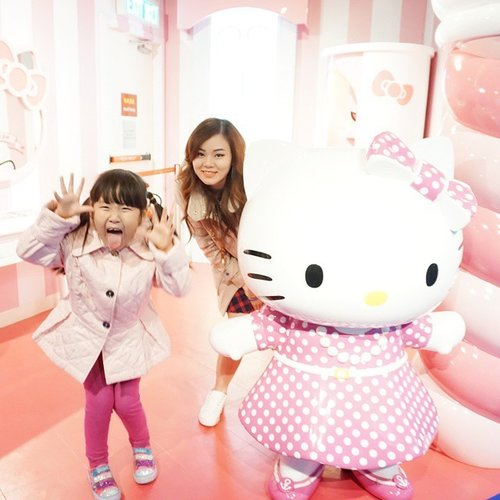 Because my little sis is crazy like this.. 😄😙 #clozetteid #todayface #faceoftheday #girls #hellokitty #family #sister #hongkong #madametussaud #holiday #travelwithjeanmilka #hellokittylover
