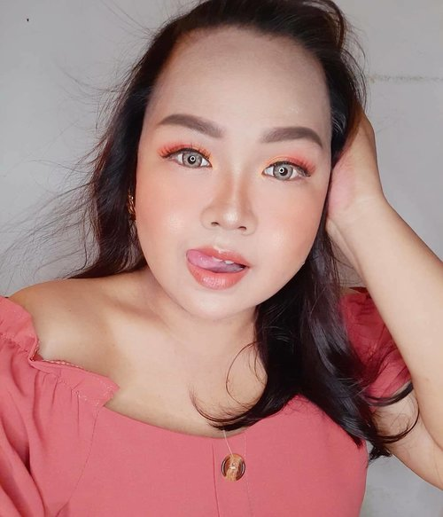 Finally , second look of #Mindysrainbowchallenge ♡♡♡ Kali ini warna jingga , atau lebih ke sunset peachy vibes. Ini adalah warna yang paling banyak disukai sama temen-temen karena terlihat lebih segar ! Slide hanya bonus 😚😚😚 #Mindysrainbowchallenge #eotd#eyesoftheday #eyesoftheworld #peachyvibes#sunset#sunseteyemakeup#clozetteid#clozettedaily#surabayablogger#indonesianblogger#surabayabeautyblogger#endorsement#influencer