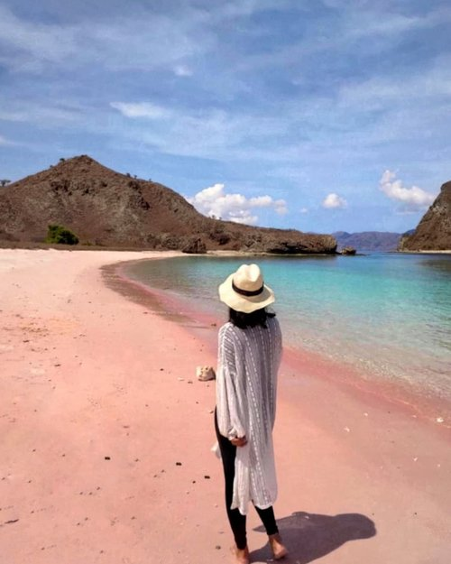 As i looking for inspirational beach quotes, I couldn't find any...Only my love for the sea.Hey, i miss you already 💜__#longbeach #PinkBeach #komodoisland #LabuanBajo #vitrietraveldiary #clozetteid #ExploreLabuanBajo