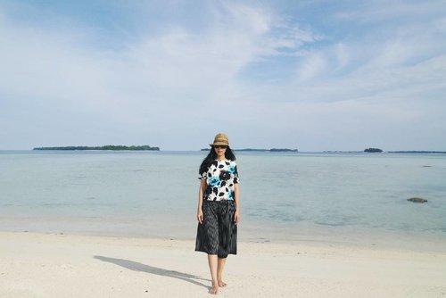 Sunny . . . . . . #islandlife #instamoments #instadaily #instagram #instagood #landscape #beachlife #islander #insta #vitrietraveldiary #instago #travelindo #lifevolkindonesia #lifevolk #livelaughexplore #holidayvibe #clozetteid