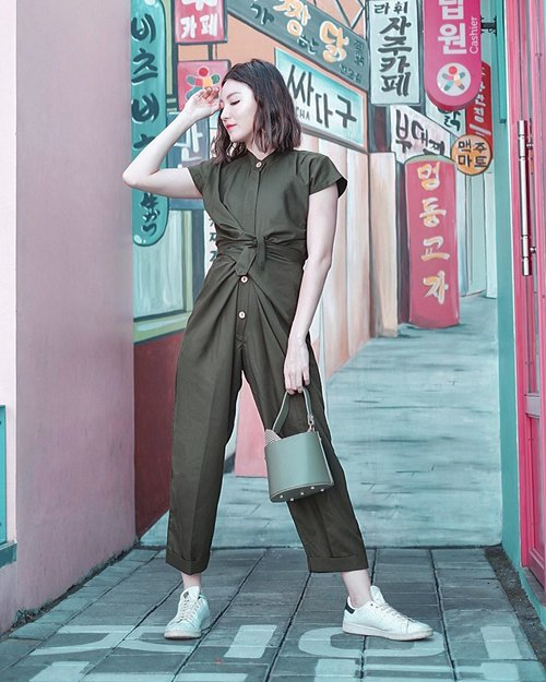Pretty and casual jumpsuit to start the weekend @noaeveryday and cute bucket bag @berrybenka . . #Ootd #ootdfashion #ootdinspo #ootdideas #ootdindo #ootdindokece #ootdinspiration #ootdindonesia #indobeauty #indofashion #indofashionpedia #indofashionpeople #jakartaspot #jakartahits #ootdjakarta #jakartabeauty #indofashionblogger #clozetteid #lookbooks #lookbooklookbook #lookbookindonesia