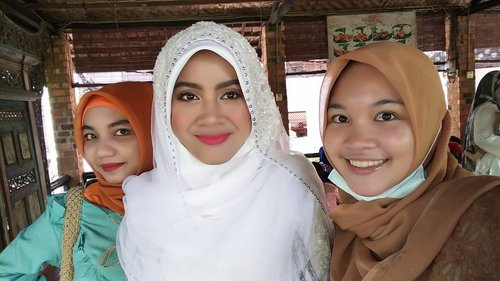 The #bride between the #makeupartist and #hijabstylist. Demi totalitas abis subuh langsung berangkat ke Depok dan ngikut kondangan padahal masih bare face. But so happy seeing the bride happy :D thank you for using my service on your special day, semoga menjadi keluarga yang samawa dan berkah ❤.#makeupbyme #reiiputt#hijab by @nabilathalibjusuf #makeuppengantin #muajakarta  #muadepok #muaindonesia #makeupislami #beautyenthusiast #beautyblogger #indonesianfemalebloggers #clozetteid
