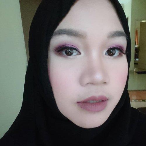 Sudah datang ke berapa bukber Ramadhan kali ini? Ini salah satu gaya make up yang aku pakai waktu menghadiri bukber bersama teman-teman, kira-kira apa ya namanya? Aku terinspirasi dari make-up nya @cherylraissa menggunakan produk-produknya @shuuemura, mauve eyes, blushing cheeks and nude lips. Boleh juga nih kamu tiru untuk iftar berikutnya!.#shuuemura #shuuemuraid #petalskin #cheryiliftarlook #indonesianfemalebloggers #clozetteid #motd #makeupoftheday #fotd #reiiputt