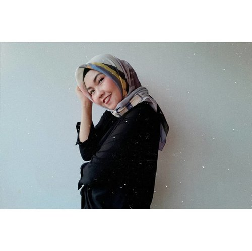 ___Nah, udah kece belom nih sama hijab barunya?Tiba-tiba bikin pede seketika, pas pake hijabnya @zayanaorganic ini, padahal biasanya ngga pernah pede pake hijab bercorak banyak.___Kenapa pede? Soalnya ngademin sih produknya. Ga bikin hareudang sama sekali, pokonya kerasanya nyaman dan adem.___Siap ngubek diskonan sambil panas-panasan dong ya? Tenaaaang kan pake Zayana Hijab Organic ini, jadi ngga akan khawatir gerah gulanda deh hehe. Cuss ah belanja.___Btw, postingannya udah ready loh di blogku. Yuk kepoin:https://www.dea-ms.com/2019/05/ootd-zayana-organic-hijab.html___@zayanaorganic @bandunghijabblogger #ZayanaxBandungHijabBlogger #bandunghijabblogger #HijabPalingAdem #BHBMILAD1#deamutiaraaa#ClozetteID