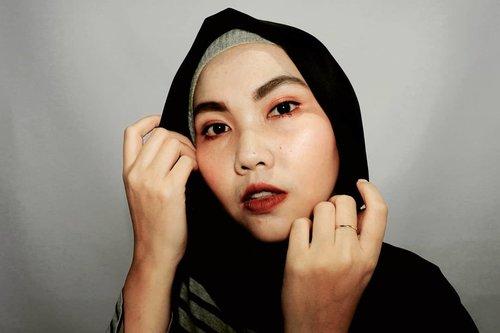 ___Pilih bold atau nude?___Aku sih pilih merah-merah bold gitu🖤❤Kalau kamu?___#self#makeupbold#ClozetteID #Qupas #Beautiesquad #BandungHijabBlogger #BandungBeautyBlogger #BeautygoersID#BloggirlsID