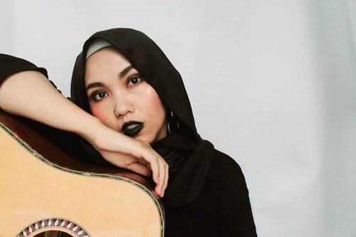 ___Ngamen dulu ahhhh🎸, btw udah cocok kan jadi neng rocker wkwk🤘🏻___#rockermakeup#rocker#BandungBeautyBlogger#BandungHijabBlogger #ClozetteID