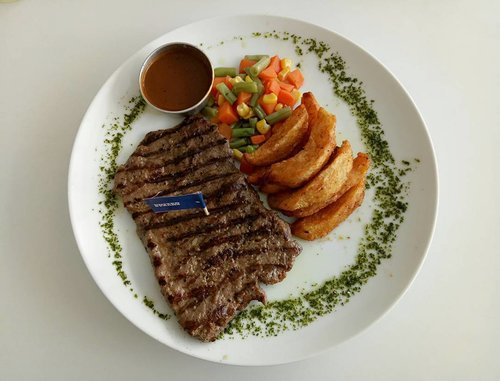 Today's lunch : New York Steak by @unitedsteak.id at @intro_id !  #introluckyangpao #lunch #steak #newyorksteak #meat #meatlover #carnivore #yum #yummy #nomnom #glutton #gluttony #culinary #surabaya #introid #introsurabaya #mylunch #lifestyle #blogger #indonesianblogger #surabayablogger #clozetteid #clozettedaily #lifestyleblogger #indonesianlifestyleblogger #surabayalifestyleblogger #instafood #goodporn #foodgasm