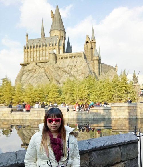 If there is a school where i would go willingly,  that would be Hogwarts.  I'm pretty sure i belong in Slytherin... Btw look how messy and unkempt i look 😂😂😂, this is the harsh reality of how i actually look like during trips. No time to doll up for me!  More on USJ and the Wizarding World of Harry Potter : http://bit.ly/jap2017p4  #universalstudiosjapan #majorthrowback #japan #pinkinjapan #japan2017  #trip #travel #japantrip  #jalanjalan #wanderlust #blogger #clozetteid #beautynesiamember #bloggerceria #influencer #travelblogger #indonesianblogger #indonesiantravelblogger #surabayablogger #potterhead #exploringjapan #ilovejapan #instatravel  #pinkinosaka #osaka #travelislife #wanderingtheworld #universalstudiososaka #butterbeer #thewizardingworldofharrypotter