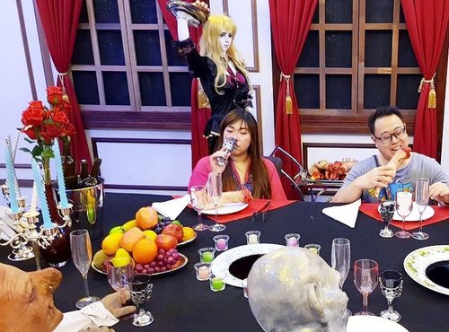 Dine with the monsters 😄 at Dracula's lair  #ghostmuseum #penangghostmuseum #pinkinholiday #pinkinmalaysia #penang #blogger #trip #travel #wanderlust  #jalanjalan #itchyfeet #travelblogger #indonesianblogger #surabayablogger #indonesianlifestyleblogger #indonesiantravelblogger  #bblogger #clozetteid #beautynesiamember #sbybeautyblogger #influencer #traveltheworld  #ilovetravel  #minitrip #instaview #touristmodeon  #wanderlust #exploretheworld #travelblogger #influencer #pinkinpenang