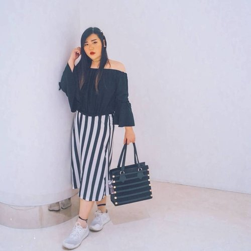 When you can't find a spot to take your #OOTD .. a plain white wall and a splash of preset filter will do 🙈.  #ootd #ootdid #clozetteid #sbybeautyblogger  #BeauteFemmeCommunity #notasize0  #personalstyle #surabaya #effyourbeautystandards #celebrateyourself #mybodymyrules