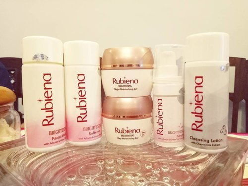 Full range of @rubienabeauty skin care,  i just tried them on my hand got a very nice first impression of the light weight and non sticky serum and night moisturizer 😻😻😻. Can't wait to try them out properly!  #rubienabeauty #cerahitucantik #rubiena #rubienalaunching #launching #productlaunching #rubienaskincare#event #beautyevent #clozetteid #beautynesiamember #sbybeautyblogger  #blogger #bblogger #bbloggerid #indonesianblogger #indonesianbeautyblogger #surabaya #surabayablogger #surabayabeautyblogger #influencer #beautyinfluencer #surabayaevent #eventsurabaya #surabayainfluencer #skincare #skincarerange #skincarelaunch