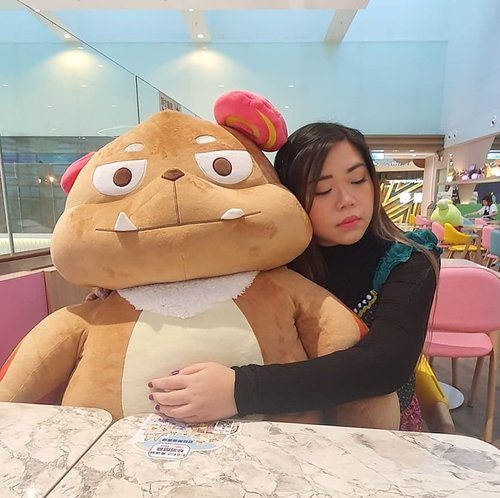 All i need is a shoulder to cry on.. preferable a cuddly one 😁. #pinkinhongkong #kawaii #cutecafe#fullhousekitchen #fullhousekitchencafe#clozetteid #sbybeautyblogger #beautynesiamember #bloggerceria #influencer #jalanjalan #wanderlust #blogger #indonesianblogger #surabayablogger #travelblogger  #indonesianbeautyblogger #indonesiantravelblogger #girl #surabayainfluencer #travel #trip #pinkjalanjalan #lifestyle #bloggerperempuan  #asian  #hongkong #hongkong🇭🇰 #hongkongcafe #cafe